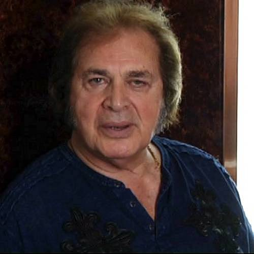 Engelbert-Humperdincks-granddaughter-watches-him-on-TV
