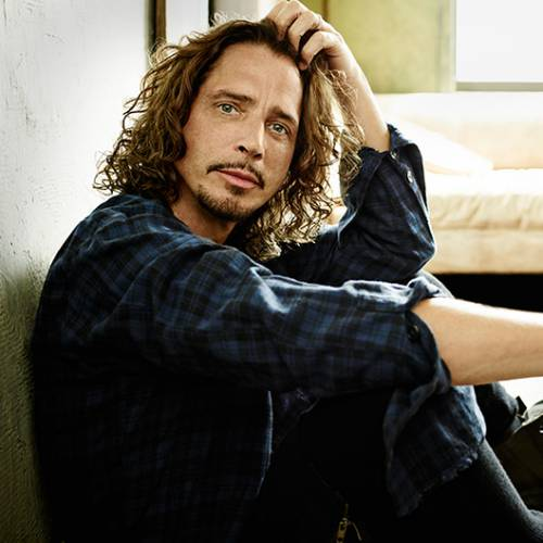 Chris-Cornell-performs-Outshined-with-fan