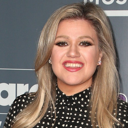 Kelly Clarkson fights emotions as she honours the latest high school shooting victims