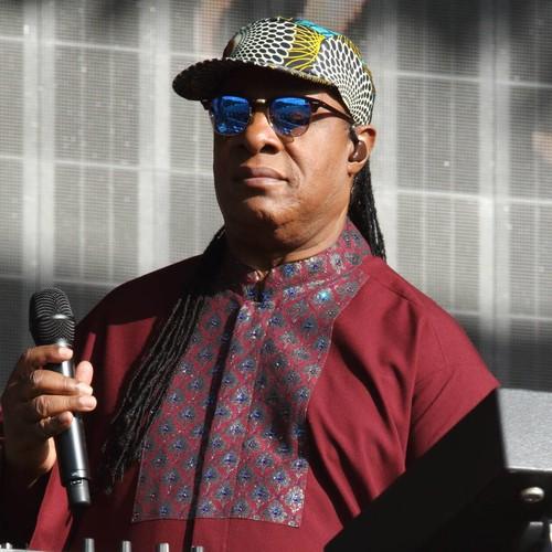 Stevie Wonder fights back tears remembering Aretha Franklin