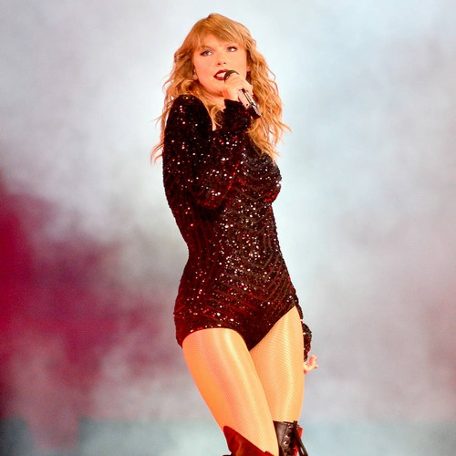 Taylor Swift honours Aretha Franklin at Detroit show