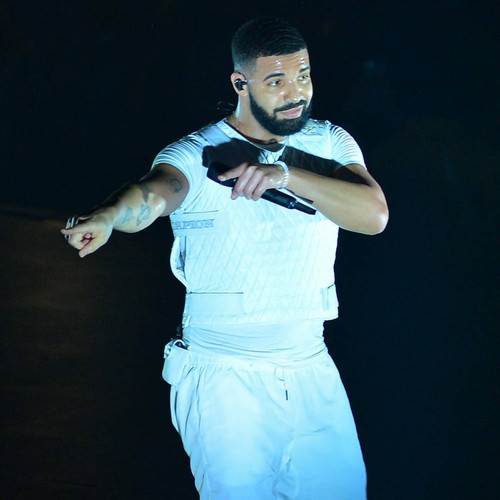Drake Under Fire For Kissing Teenager On Stage - Music News