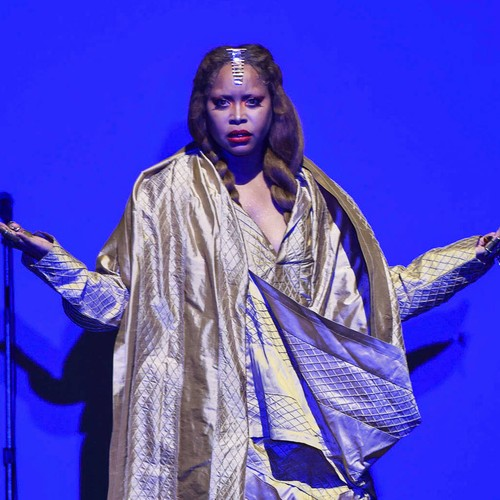 Erykah Badu Booed As She Prays For R. Kelly During Concert