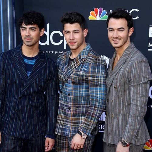 Jonas Brothers Team Up With Motley Crue Author For Memoir