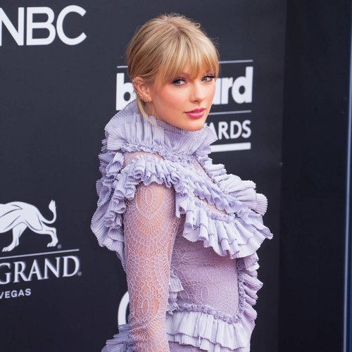 Taylor Swift Seemingly Throws Shade At Scooter Braun During Prime Day Performance - Music News