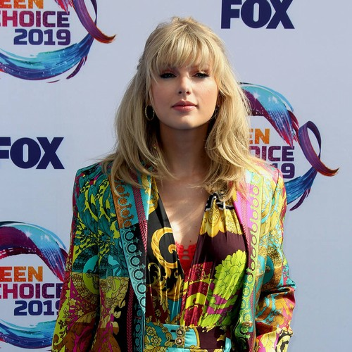 Taylor Swift Donates $5,000 To Pay For Fan's College Tuition - Music News