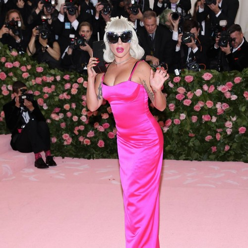 Permalink to Lady Gaga falls off the stage while dancing with a fan during the Las Vegas show – Music News
