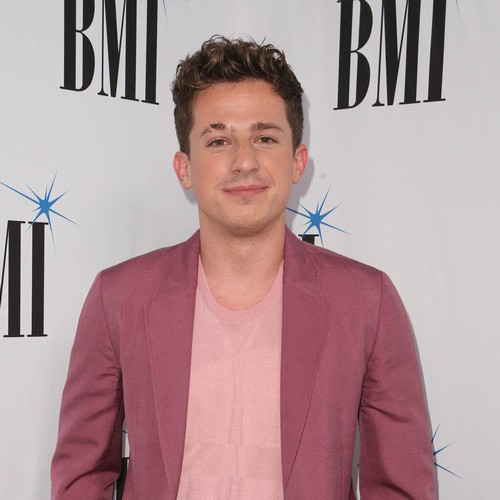 Permalink to Charlie Puth has come to terms with his interlocutor's life. Courteney Cox hands him special friends mug – Music News
