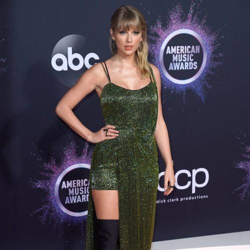Permalink to Taylor Swift Drops Surprising Christmas Carol – Music News