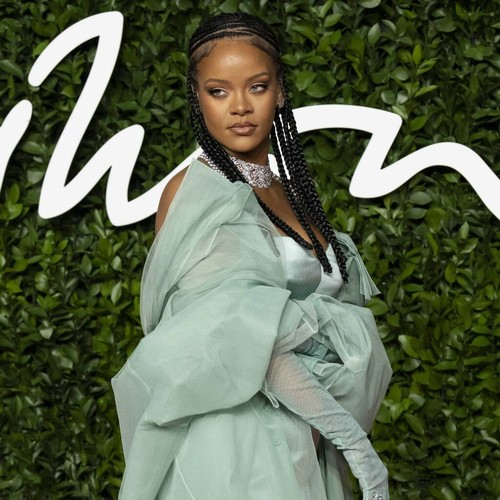 Permalink to Rihanna pays homage to the Mama Cax model – Music News