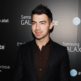 Joe-Jonas-eyes-Minaj-duet