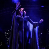 Florence-Welch-pulls-dates-after-vocal-injury