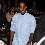 Kanye-West-hugs-it-out-with-paparazzo