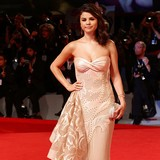 Selena-Gomez-lays-down-law-with-Bieber