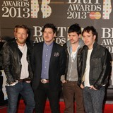 Mumford-and-Sons-enjoy-show-hugs