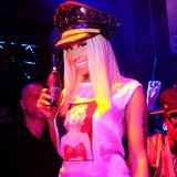 Minaj-caught-acting-bug