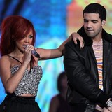 Rihanna-splits-with-Drake