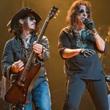 Johnny-Depp-joins-Alice-Cooper-on-stage-in-LA