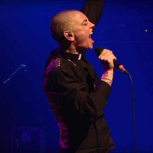 Sinead-O-Connor-performis-Lay-Your-Head-Down